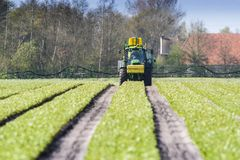 Tractor die landbouwgif spuit, Tractor spraying pesticides royalty free stock images