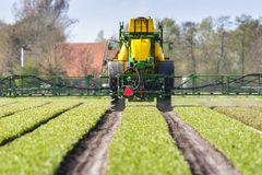 Tractor die landbouwgif spuit, Tractor spraying pesticides royalty free stock image