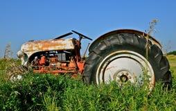 Tractor die in Lang Gras wordt geparkeerd Stock Afbeeldingen