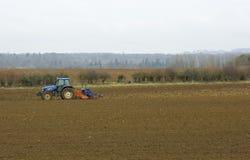 Tractor die op de gebieden werkt royalty-vrije stock afbeelding