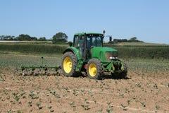 Tractor die op gebied werkt Royalty-vrije Stock Afbeeldingen