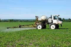 Tractor die pesticide castreert stock afbeelding