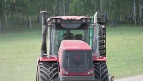 Tractor die plattelandsweg doorgeven stock footage
