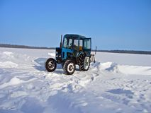 Tractor die sneeuw in de winter verwijdert Stock Foto's