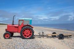 Tractor diesel del pequeño vintage rojo peculiar con el remolque del barco fotos de archivo libres de regalías