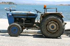 Tractor door het strand Stock Fotografie