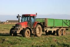 Tractor en Aanhangwagen op Landbouwbedrijf royalty-vrije stock afbeeldingen