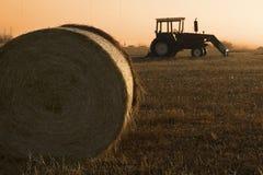 Tractor en baal van hooi royalty-vrije stock foto