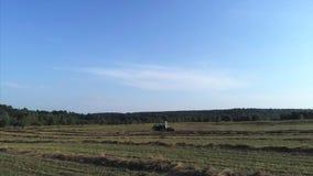 Tractor en campo almacen de metraje de vídeo
