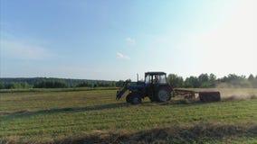 Tractor en campo almacen de video