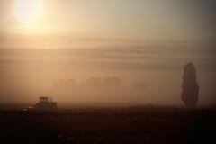 Tractor en el amanecer Imagenes de archivo