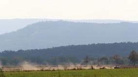 Tractor en el campo con las colinas, paisaje checo almacen de metraje de vídeo