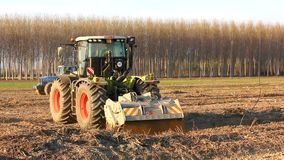 Tractor en el medio de un campo almacen de video