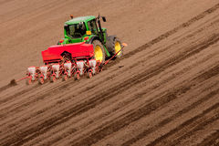 Tractor en el trabajo que planta las semillas Fotografía de archivo