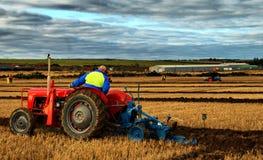 Tractor en het Ploegen Stock Foto's