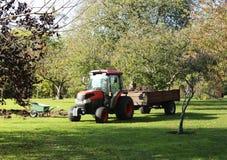 Tractor en kruiwagen voor het werken in de tuin Tuinvervoer royalty-vrije stock afbeelding
