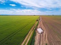 Tractor en la carretera nacional a través del campo de trigo, abejón pov Imagen de archivo