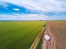 Tractor en la carretera nacional a través del campo de trigo, abejón pov Fotografía de archivo