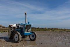 Tractor en la playa 1 Fotografía de archivo libre de regalías