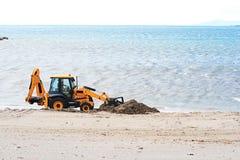 Tractor en la playa. Foto de archivo
