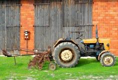 Tractor en landbouwbedrijf Stock Fotografie