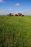 Tractor en Meststof stock afbeeldingen