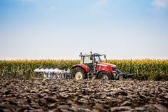 Tractor en Ploeg Stock Fotografie