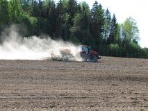 Tractor en un campo Imágenes de archivo libres de regalías