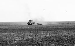 Tractor en un campo fotografía de archivo