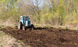 Tractor en un campo de la primavera Fotografía de archivo libre de regalías