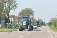 Tractor en una carretera nacional Fotos de archivo