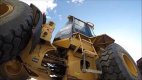 Tractor en wolken op de achtergrond stock videobeelden