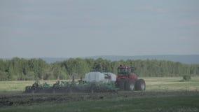 Tractor en zaaimachine die gewassen planten stock footage