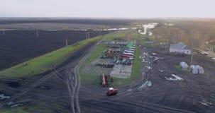 Tractor geploegd gebied stock videobeelden