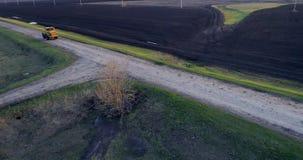 Tractor geploegd gebied stock footage