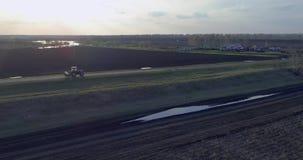 Tractor geploegd gebied stock video