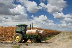 Tractor, Graan, en Hemelen royalty-vrije stock afbeeldingen