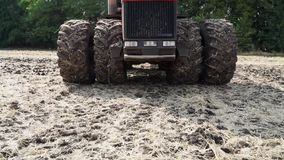 Tractor grande en el campo almacen de metraje de vídeo