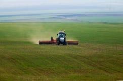 Tractor in groene corn-field stock afbeeldingen