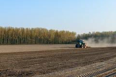Tractor harrowing padieveld, Lomellina (Italië) Royalty-vrije Stock Fotografie