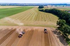 Tractor harrownig het grote bruine gebied royalty-vrije stock afbeelding