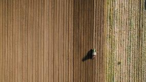 Tractor het cultiveren en harrowing gebied bij lentetijd stock fotografie
