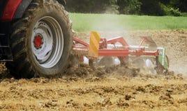 Tractor het ploegen stock afbeelding