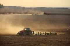 Tractor het ploegen stock foto
