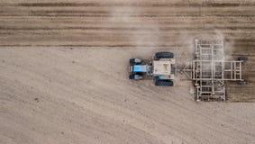 Tractor het ploegen gebieds van rechts naar links hoogste mening Landbouw bebouwing stock afbeelding