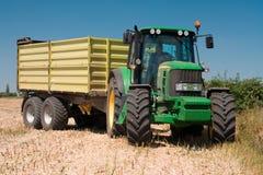 Tractor John Deere op geoogst gebied Stock Fotografie