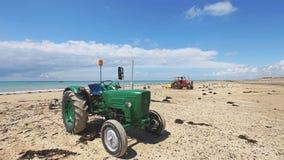 Tractor met bootaanhangwagen op het strand Stock Afbeeldingen