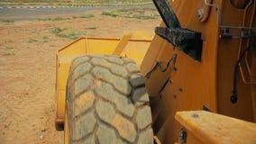 Tractor met een bulldozer bewegende grond bij een bouwwerf stock footage