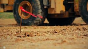 Tractor met een bulldozer bewegende grond bij een bouwwerf stock videobeelden