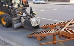 Tractor met een pijp voor reparatie van schade op asfalt royalty-vrije stock foto